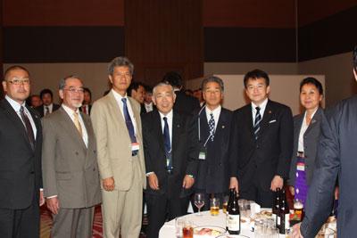 大澤会長(左から4人目)を囲んで
