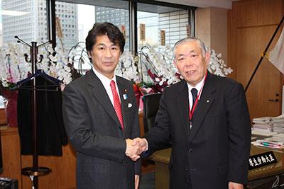 田村憲久厚生労働大臣(左)と大澤会長