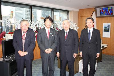 左から三重県連の田中会長、田村厚生労働大臣、大澤会長、石飛水道課長